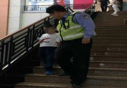 马虎妈妈丢孩儿 民警片刻找到他