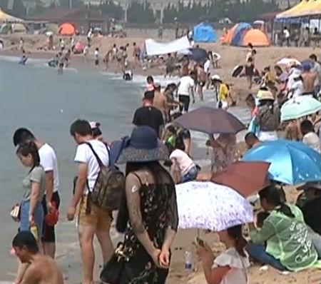 我市海滨浴场客流量飙升