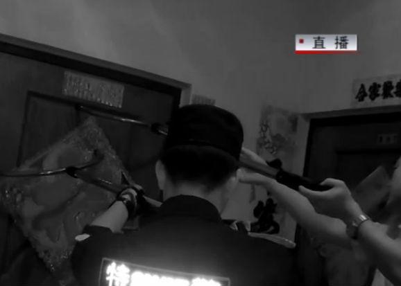 男子发病 拿着凶器对峙警方