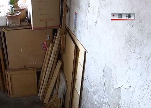 杂物堆楼道 居民有点怕
