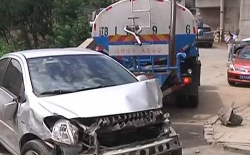 洒水车溜车 撞了三台车
