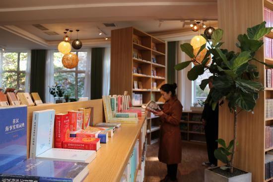 """全国最大校园书屋亮相 要做一家""""网红店"""""""