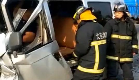 司机被卡在车内 消防紧急来救援