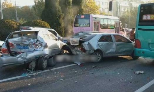 六台车撞一块 满地碎片有人受伤