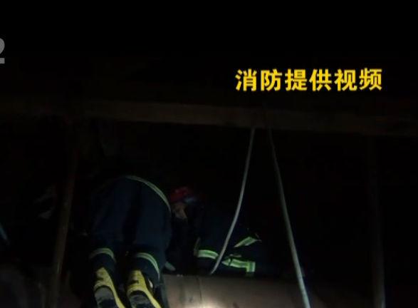 弃油罐内两人昏迷 消防队紧急施救