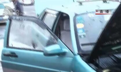 出租车突然起火 公交司机奋力扑救