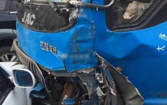 货车刹车失灵 多辆车撞在了一块