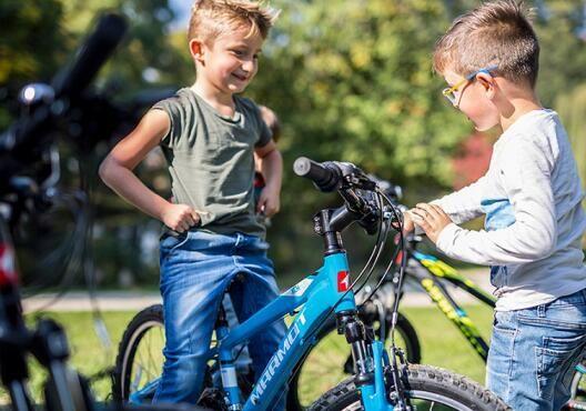 三、自行车骑行运动可提升儿童的人际交往能力。现在的孩子与陌生环境接触的机会越来越少,在户外自行车骑行运动中,孩子可以接触到更多的陌生人和陌生的环境,因为共同的兴趣爱好产生的友谊将更加持久。 四、自行车骑行运动可激发儿童的自我保护能力。在户外自行车骑行运动中,难免会发生一些小意外,比如摔跤、碰撞、迷路等。家长可以利用这个机会对孩子进行自我保护意识的教育及实践,可有效提升孩子应对突发事故的应变能力。 总之,自行车骑行运动可开阔儿童的眼界,给孩子带来快乐和自信,在自行车骑行过程中还能培养他们的团队合作精