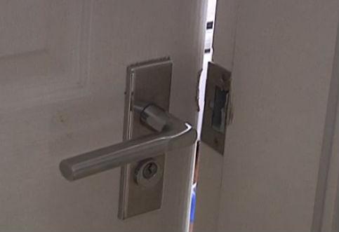 婴儿独自被锁屋内 民警破门救援