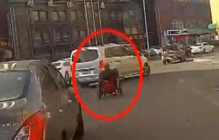老人轮椅逆行 暖心交警护送转车