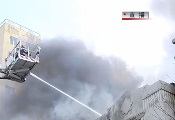 大连一幢近百年老楼突发大火