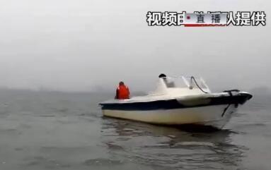 快艇沉没3人遇险 众人合力营救