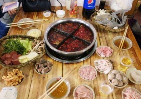 火锅加盟店品牌,重庆认为最有名的还得是70年代火锅了。