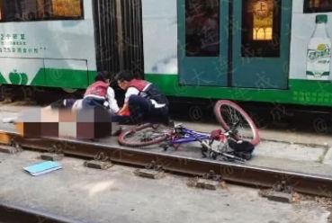 功成街车站附近 有轨电车撞上骑车男子