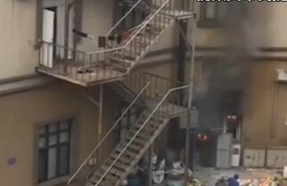 饭店厨房起火 消防及时扑救