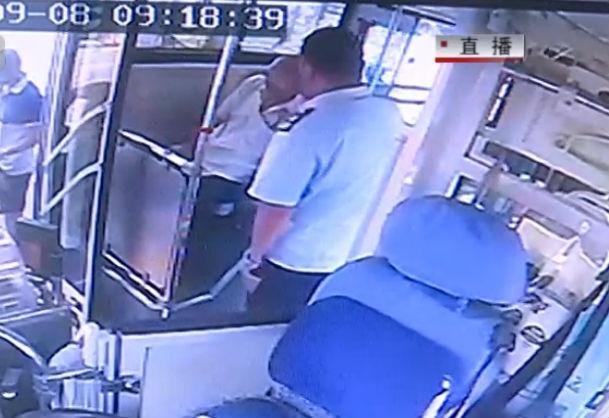 老人车上休克 公交司机援手救护