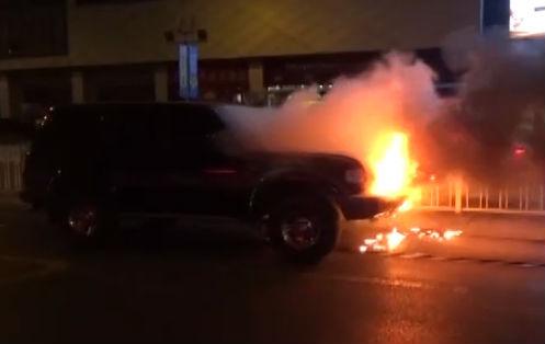吉普车当街起火 消防员及时扑救