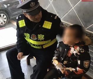 男孩街上徘徊 民警帮着找爸爸
