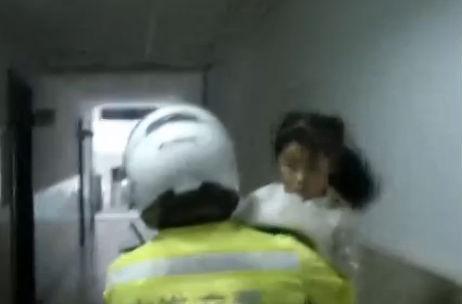 女孩突发腹痛 交警引路紧急送医