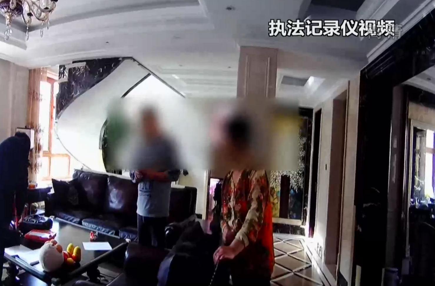 """""""老賴""""住豪宅用奢侈品 法官依法""""搜家"""""""