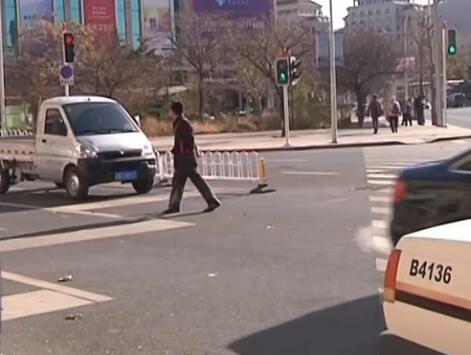 大連交警糾正各類交通陋習