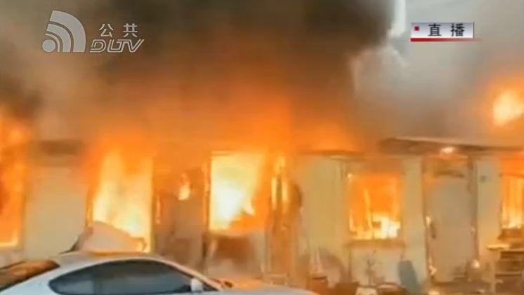 簡易倉庫起火  貨物被燒車輛受損