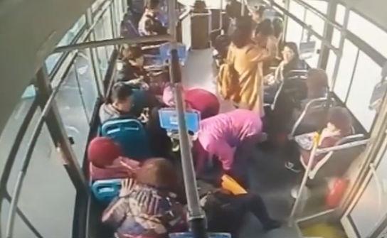 女子车上晕倒 公交车违规行驶奔医院