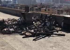 一居民楼楼顶杂物堆起火