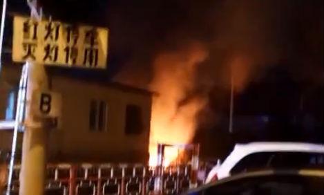 杂物堆突起火 殃及铁路道口警报