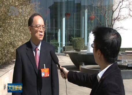 谭成旭在辽宁代表团驻地接受本台采访