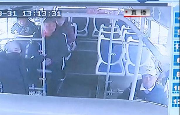 公交车内汽油味 司机闻遍乘客寻找携带者