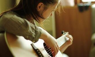 谁说吉他新不如旧,那是你的吉他还没开声呢!