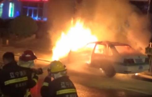 出租车撞路灯起火 司机面部灼伤