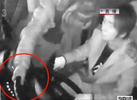 公交车行驶途中 男子抢夺方向盘
