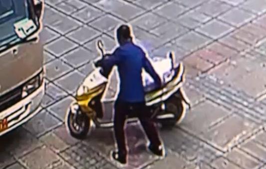 电瓶车被盗 监控拍下偷车全过程