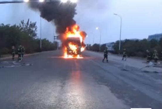 一水泥罐车行驶途中突然起火