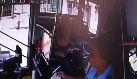 八旬老人迷路 公交司机援手