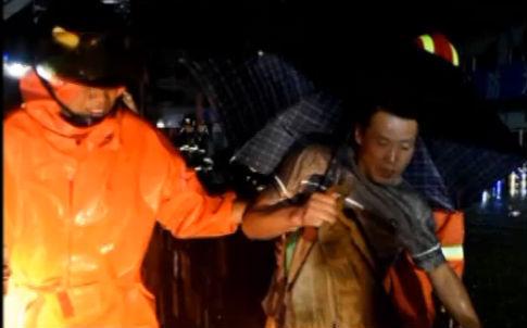 192人被困洼地 消防深夜冒雨营救