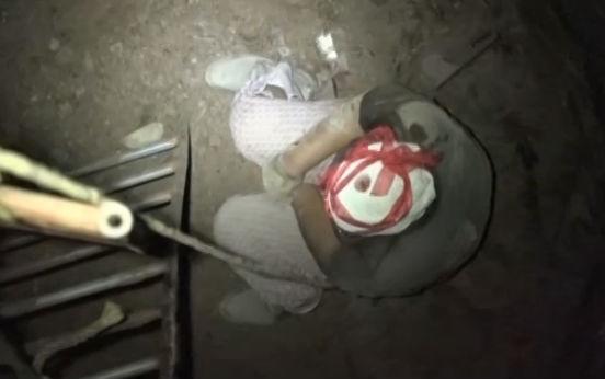 老人坠入六米深井 消防紧急救人