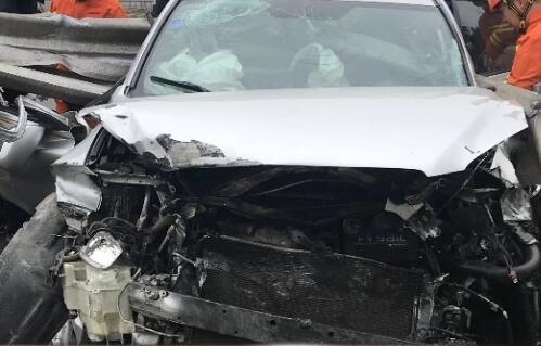 越野車高速路上爆胎 兩人受傷被困