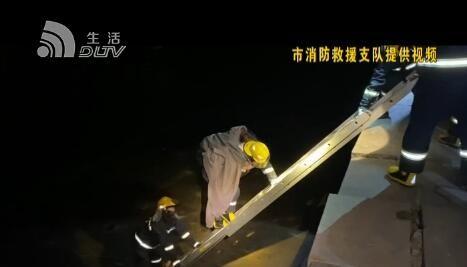 女子坠落防浪堤 消防员背她爬出险境